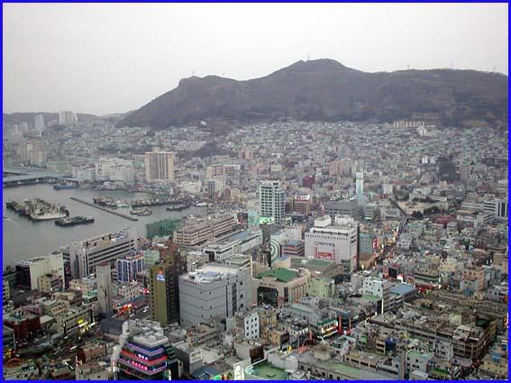 市内の展望タワーから見た釜山市内の様子です。 写真左方面は釜山港です。... 釜山市内と釜山港